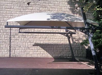 Un abri en toile tendue transposé en préau pour une école à Suresnes