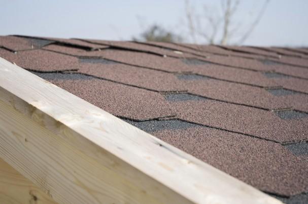 un carport avec toit en shingle