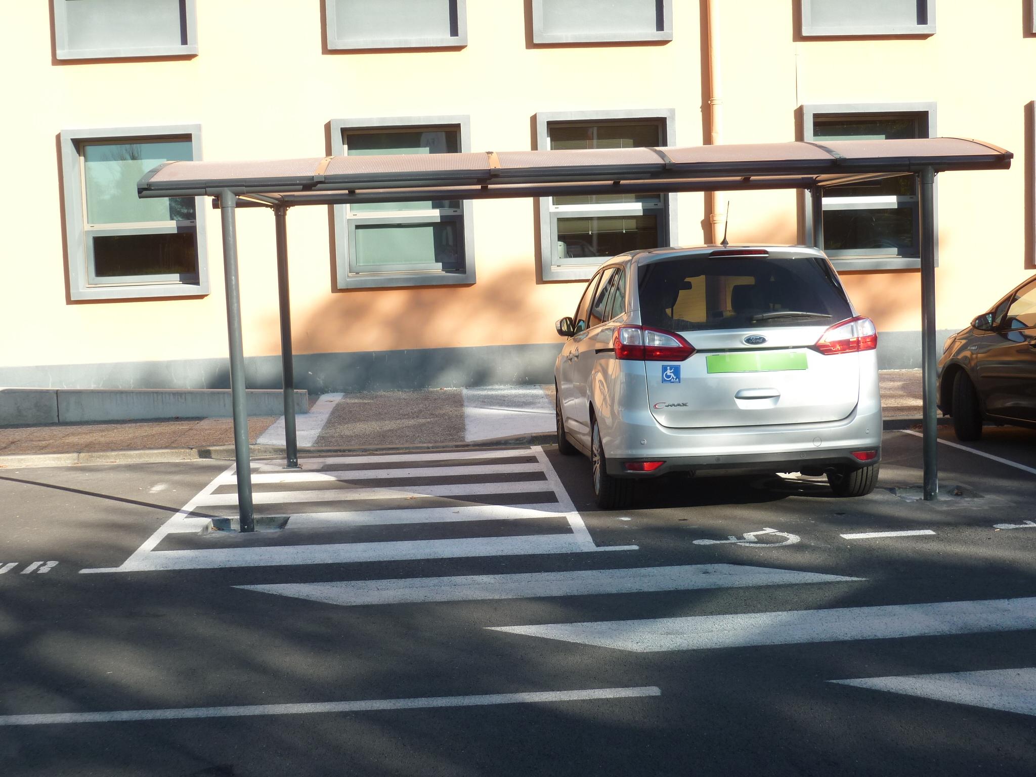 Abri voiture parking personne à mobilité réduite