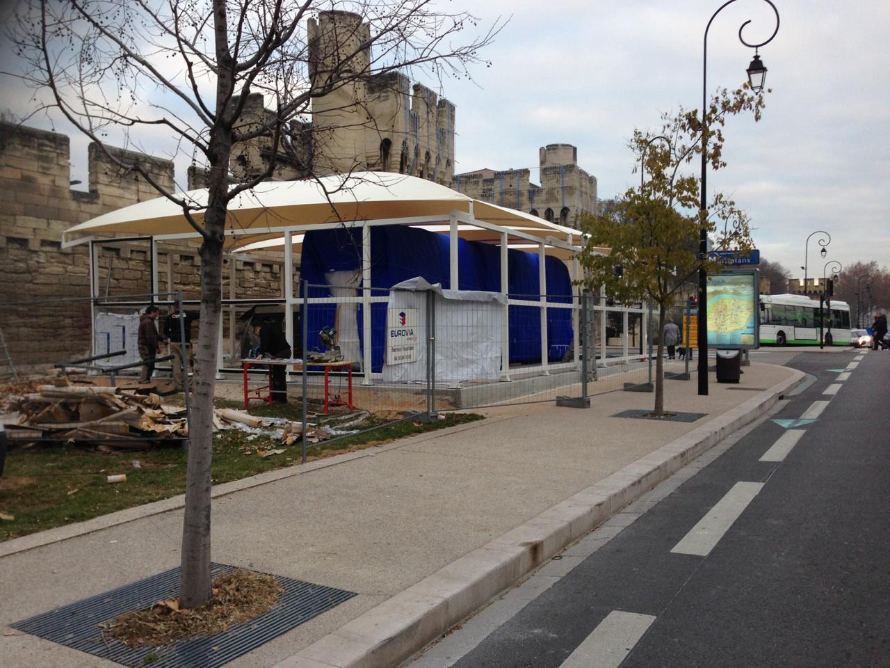 Abri monté et installé pour la maquette du tramway d'Avignon