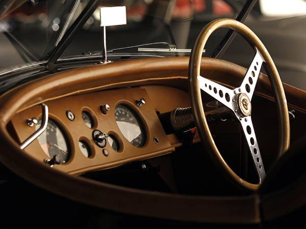 La solution carport et abri pour prot ger une voiture de for Interieur voiture de luxe