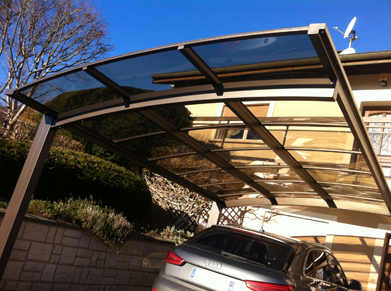 Inspiration extérieure avec le carport 2 pieds au toit transparent fumé