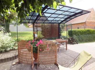 inspiration ext rieure avec le carport 2 pieds au toit transparent fum blog conseil abri. Black Bedroom Furniture Sets. Home Design Ideas