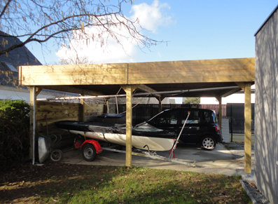 L'intégration moderne d'un carport en bois au sein de son jardin
