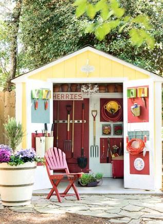 Un abri de jardin ouvert sur des rangements impeccables