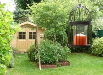bougie devant abri de jardin