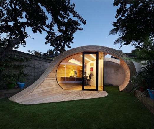 un bureau moderne en bois et verre