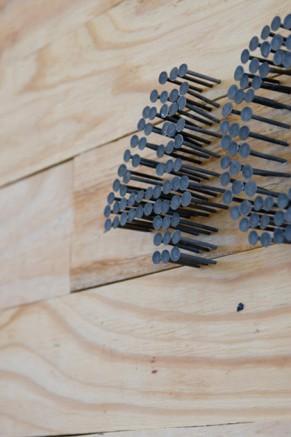 Des clous dans du bois forment le numéro 40