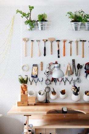 Outils bien rangés contre le mur