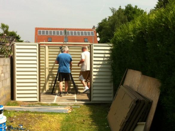 Abri de jardin en métal en construction