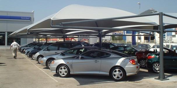 concessionnaire automobile parc de véhicules équipé d'un abri en toile tendue