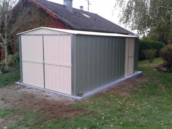garage en métal vert et crème dans jardin