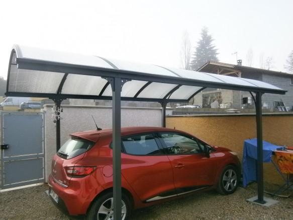 carport métallique pour protéger une voiture citadine