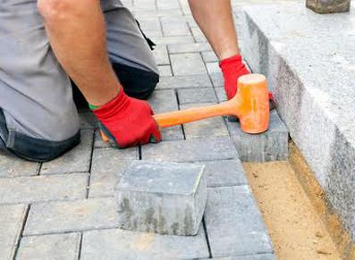 Identifier les étapes d'installation d'une allée de jardin en dalles ?