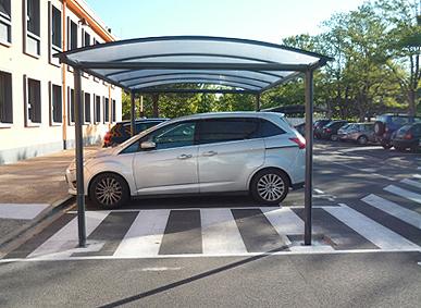 Une place de stationnement pour PMR aux normes