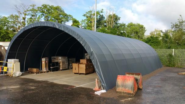 Un tunnel de stockage gris pour protéger des véhicules