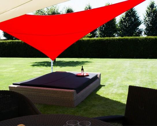 Une voile d'ombrage rouge passion pour un espace romantique