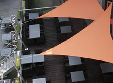 Des toits terrasses, voiles d'ombrage et tonnelles pour cafés, hôtels et restaurants