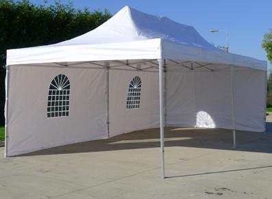 une grande tente pliante ouverte pour présenter différents produits lors d'exposition