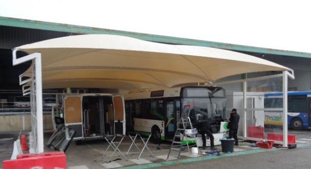 L'abri d'exposition en toile tendue devient un abri pour protéger la station de lavage des transports en commun avignonnais.