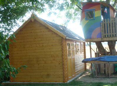 Un abris en bois à forte pente de toit