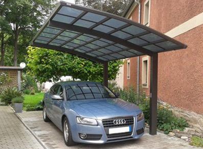 Un carport en métal et toit transparent