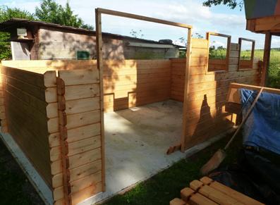 Un abri de jardin en bois en construction