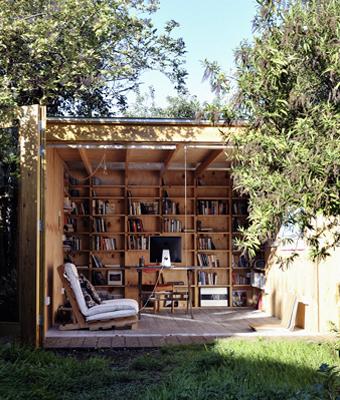 Un abri, du bois, des étagères, des livres = Havre de paix
