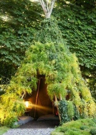 Abri de jardin verdure et structure en bois pour un drôle de tipi