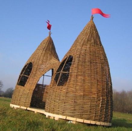 Cabanon en forme de château pour enfant dans le jardin, conçu en osier