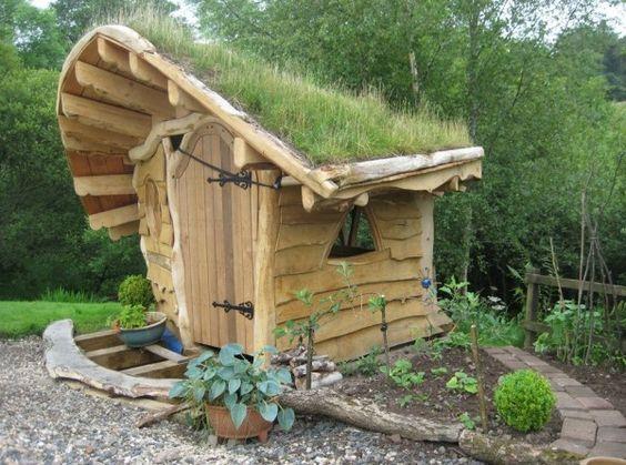 Abri bois et toiture végétalisée pour le jardin
