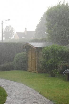 Abri de jardin et abri garage sous la pluie : bois ou PVC ?