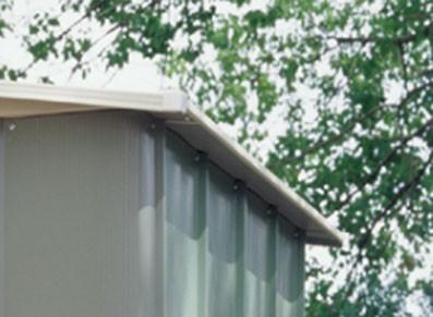 Abri métallique avec toiture skylight en polycarbonate