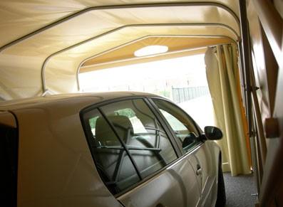 Toile tendue PVC et croisillons en aluminium : le garage abri PVC rétractable au top