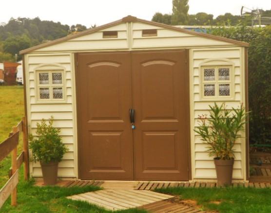 L'abri de jardin PVC dans un camping