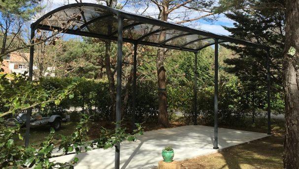 Abri camping-car métallique avec toit en polycarbonate
