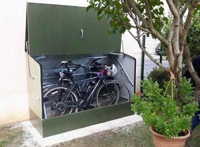 utiliser un coffre m tallique pour deux roues afin de stocker ses v los ou sa moto. Black Bedroom Furniture Sets. Home Design Ideas