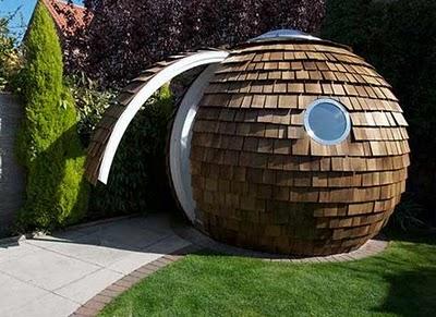 Un abri sphérique dans le jardin : la sphère devient chalet bois !