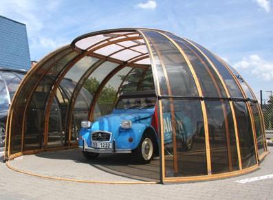 Design, entre le moderne et le vintage, avec cette carhouse/abri voiture aux portes coulissantes et à l'aspect d'une bulle ombragée.