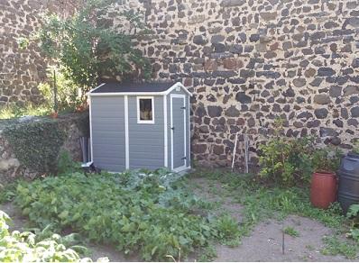 Le petit cabanon en résine PVC comme soutien à ses activités de jardinage
