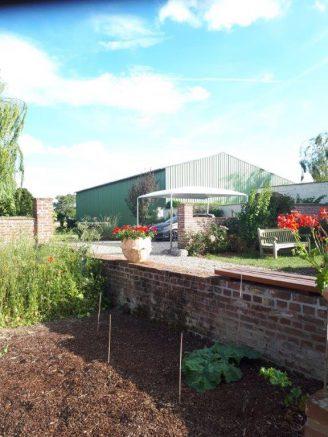 Un abri voiture au jardin qui peut se transformer en pergola terrasse