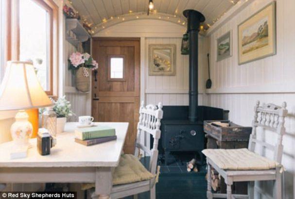 Une roulotte en bois comme abri de jardin