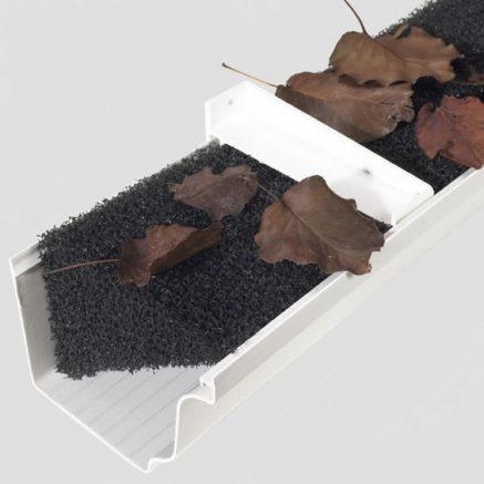 Le hérisson empêche les feuilles d'entrer dans la gouttière du carport