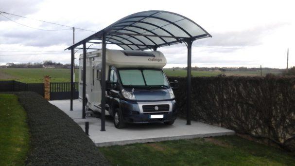 Le carport camping-car est muni d'un toit en polycarbonate et d'un accès 220 volts