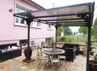 Profiter de la saison chaude : abri terrasse… ou carport !