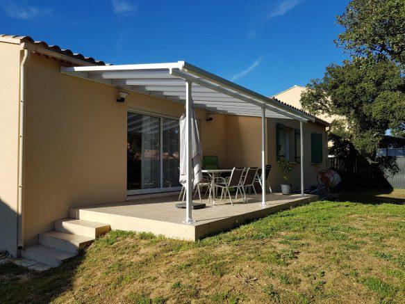 Un abri terrasse en kit pour se protéger du soleil... et des gouttes de pluie !