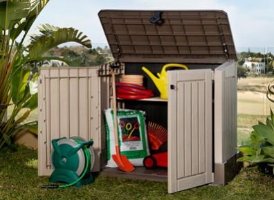 Ajouter des solutions de rangement en extérieur : la solution des coffres et des armoires en bois, métal ou PVC