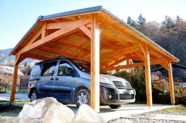 Une ossature en bois douglas pour accueillir voitures et autres véhicules de grandes tailles : caravane, camping-car, camionnette !