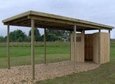 carport en bois avec une remise intégrée