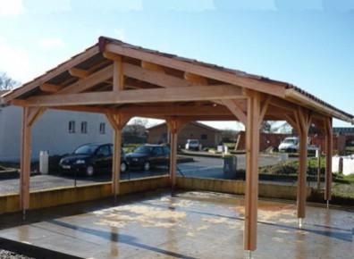 Un large carport en bois Douglas pour faciliter les manoeuvres. Particulièrement adapté pour un parking PMR